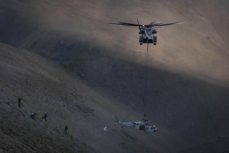 Sikorsky CH-53K birgt MH-60S Hubschrauber im Hochgebirge